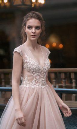 Свадебное платье пудрового оттенка с широким рукавом и юбкой «принцесса».