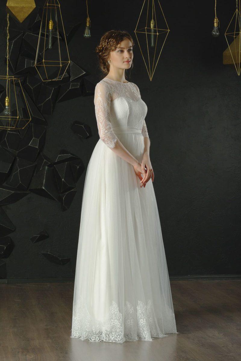 Белое вечернее платье с многослойной юбкой прямого кроя и рукавом три четверти.