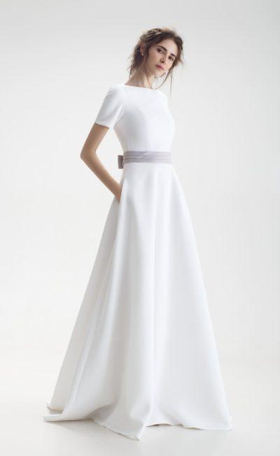 Простое свадебное платье с коротким рукавом