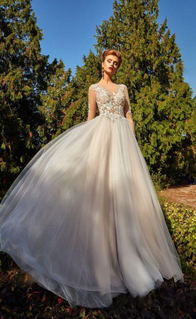 Деликатное вечернее платье прямого силуэта с полупрозрачным верхом с кружевом.