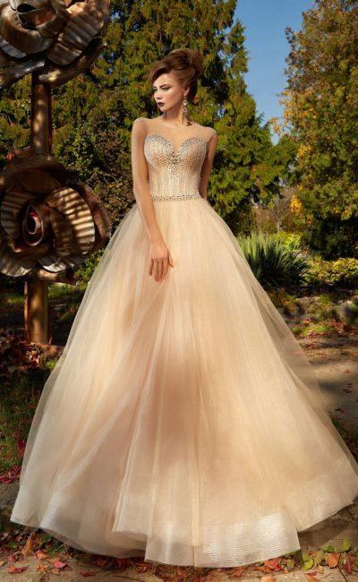Персиковое вечернее платье с многослойным пышным низом и открытым корсетом.