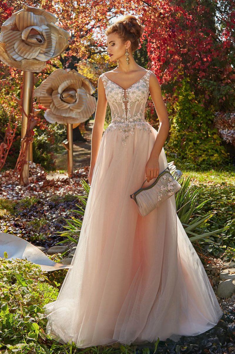 Романтичное вечернее платье с многослойным низом и эффектным декольте.