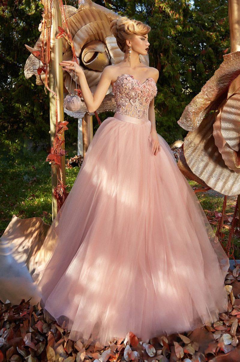Пышное вечернее платье розового цвета с открытым верхом, покрытым объемным декором.