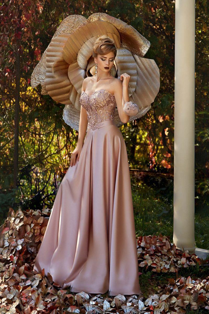 Глянцевое вечернее платье с прямой юбкой в пол и кружевным декором открытого лифа.