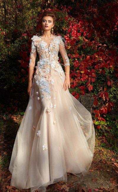 Очаровательное вечернее платье бежевого цвета с длинным рукавом и объемным декором.