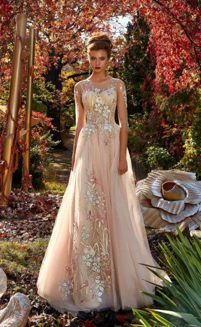 Романтичное вечернее платье в пудровых тонах, декорированное цветочной вышивкой.