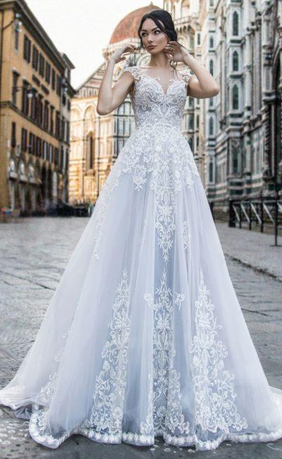 Свадебное платье с коротким рукавом и полупрозрачным шлейфом.