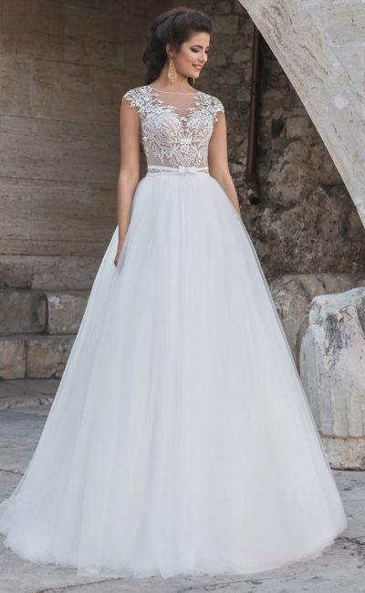 Свадебное платье пышного силуэта с кружевным декором лифа и узким поясом.