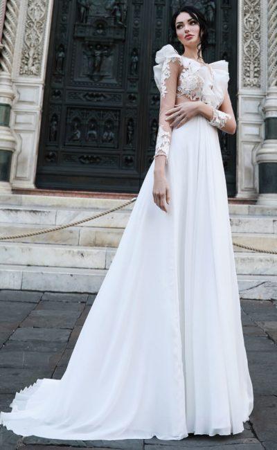 Свадебное платье с объемными оборками и прямой юбкой.