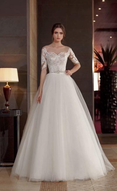 Пышное свадебное платье с роскошной кружевной отделкой открытого корсета.