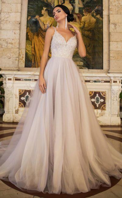 Свадебное платье с многослойной юбкой и бисерным декором лифа.