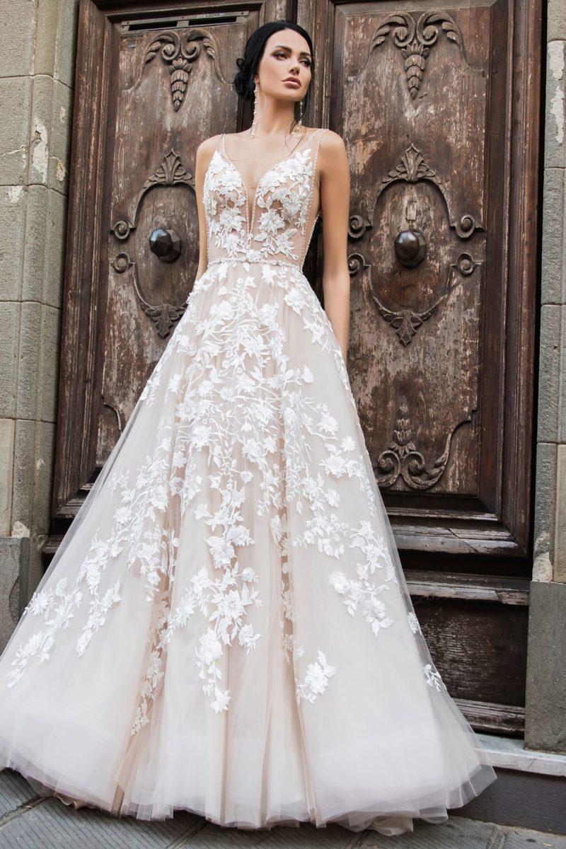 Свадебное платье пудрового оттенка с белой отделкой и открытой спинкой.