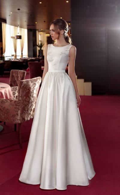 Лаконичное атласное свадебное платье с элегантным закрытым лифом и поясом.