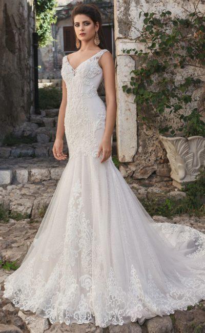 Свадебное платье облегающего кроя с кружевом и V-образными вырезами.