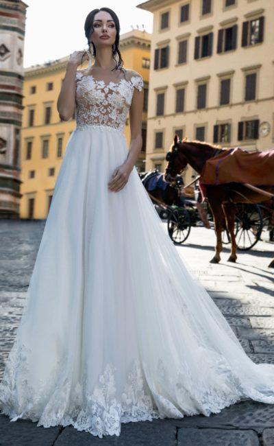 Свадебное платье с коротким рукавом и аппликациями по низу юбки.