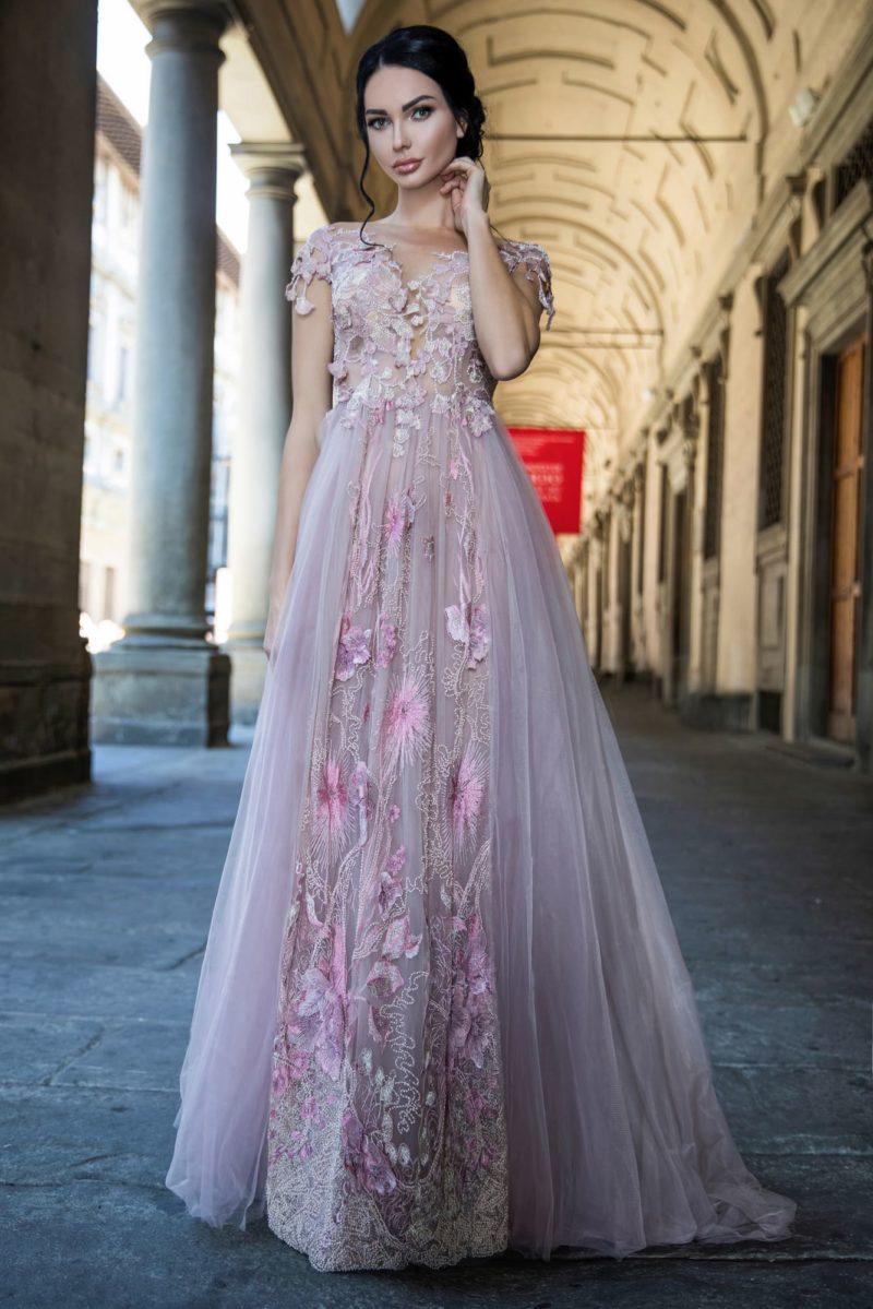 Свадебное платье розового цвета с коротким рукавом и вышивкой на юбке.