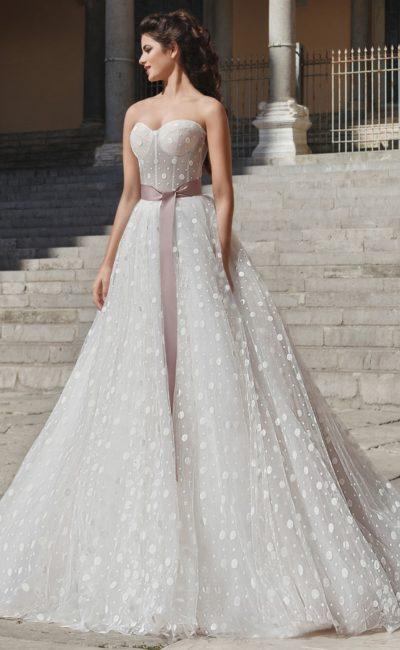 Свадебное платье с атласным поясом и рисунком в крупный горошек.