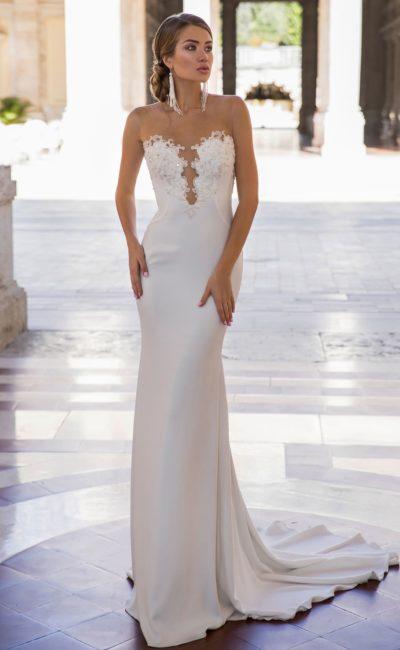 Свадебное платье облегающего кроя с чувственным открытым вырезом.