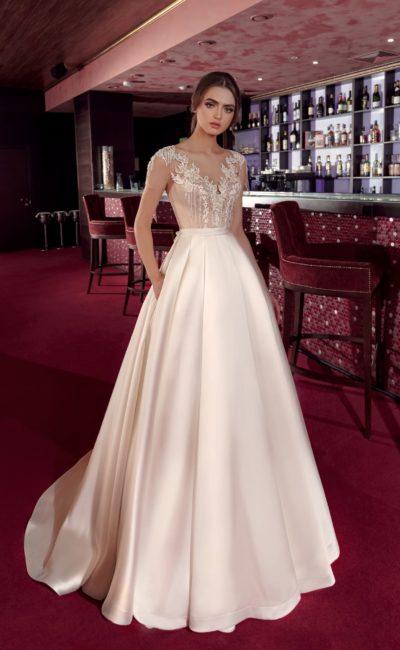 Атласное свадебное платье с небольшим шлейфом и романтичным декором верха.