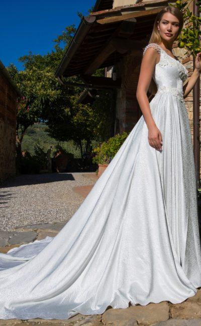 Свадебное платье с объемной отделкой и потрясающим шлейфом.