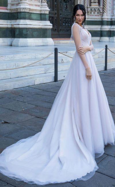 Свадебное платье с элегантным силуэтом и открытой спинкой с бахромой.
