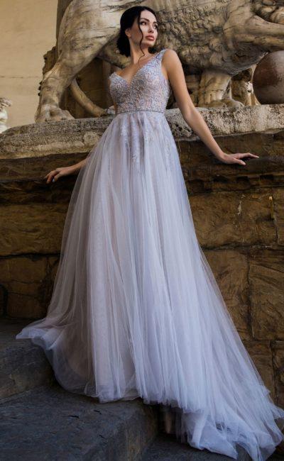 Голубое свадебное платье с открытой спинкой и бисерным декором лифа.