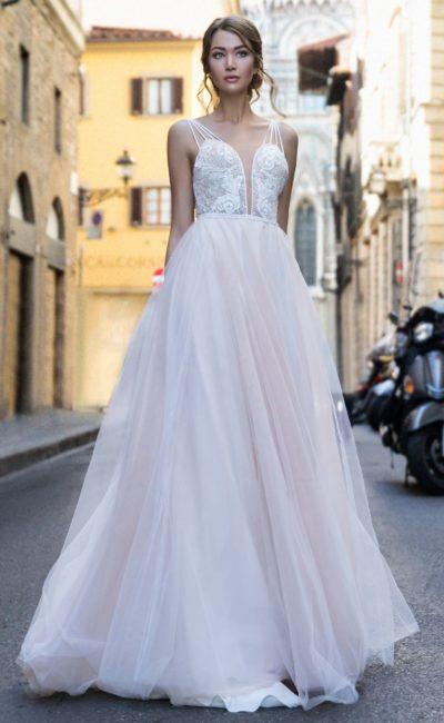 Свадебное платье с глубоким вырезом и лифом на двойных бретелях.