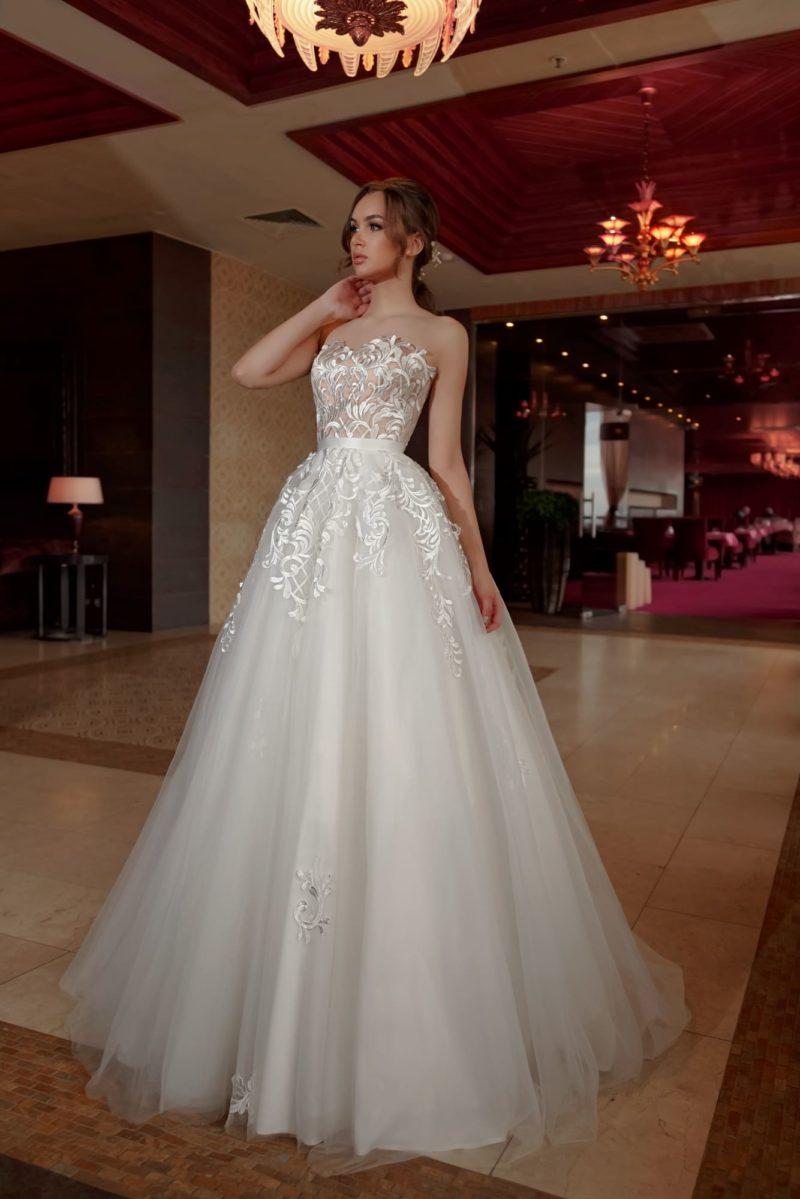 Соблазнительное свадебное платье пышного силуэта с открытым лифом с кружевом.