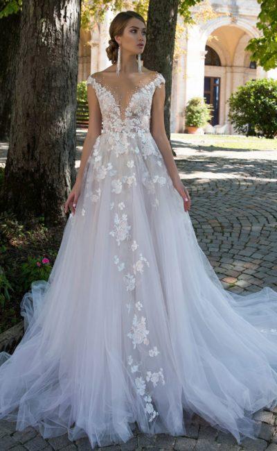 Свадебное платье с великолепным оформлением лифа и многослойной юбкой.