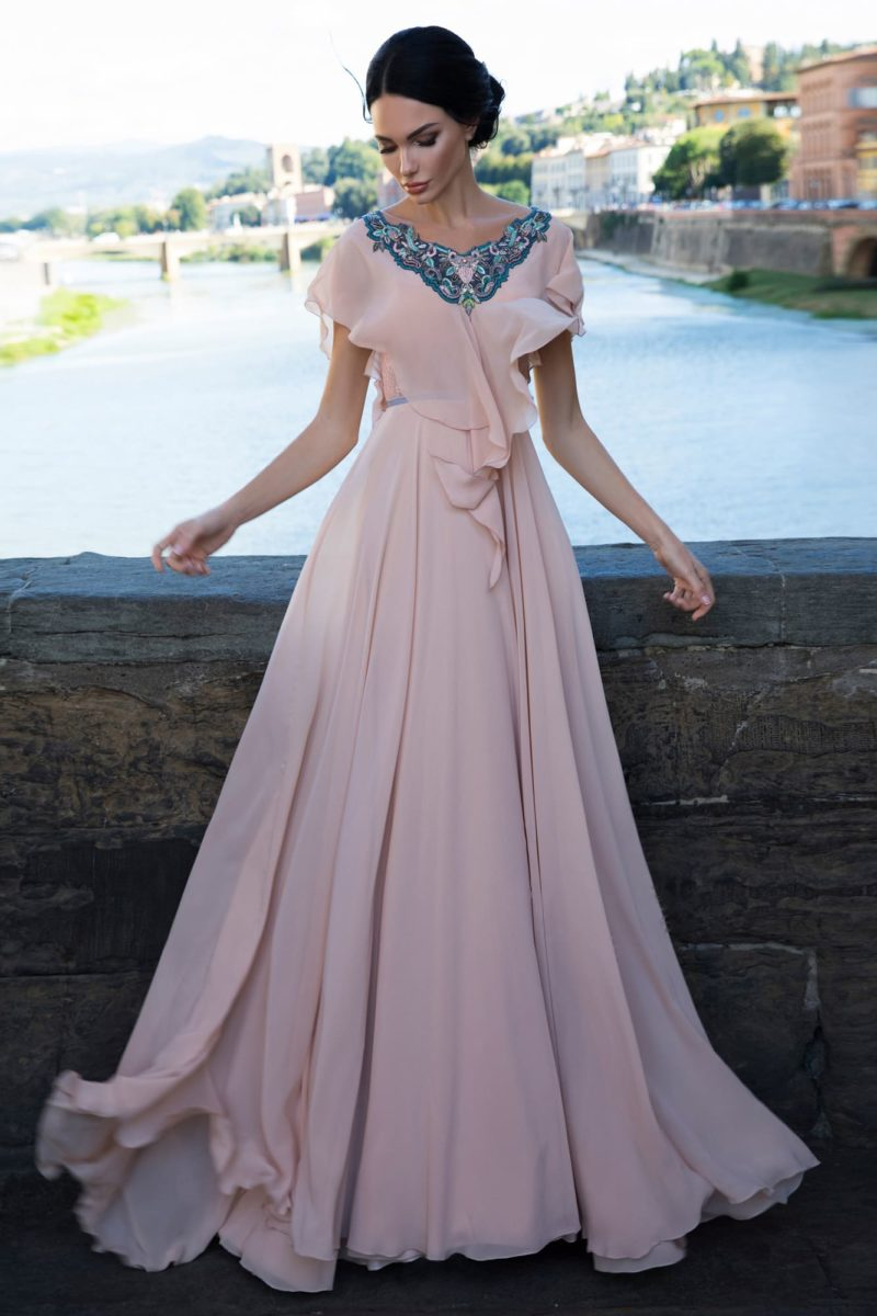 Бежевое свадебное платье с бирюзовой отделкой и небольшим вырезом сзади.