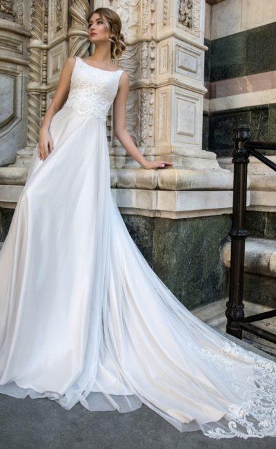 Свадебное платье с завышенной линией талии и кружевным шлейфом.