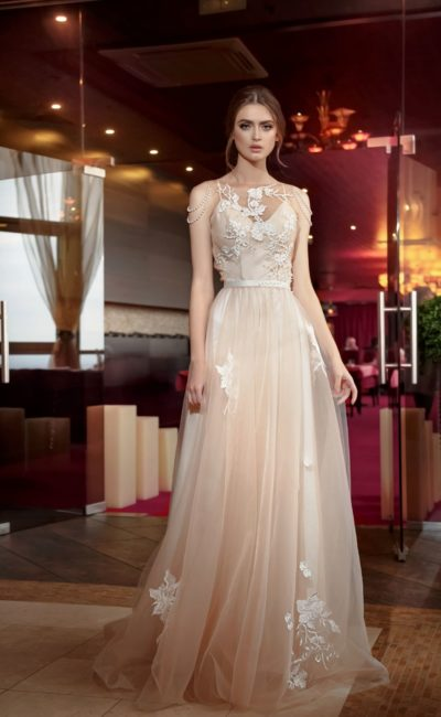 Бежевое свадебное платье с полупрозрачной вставкой над лифом и прямой юбкой.