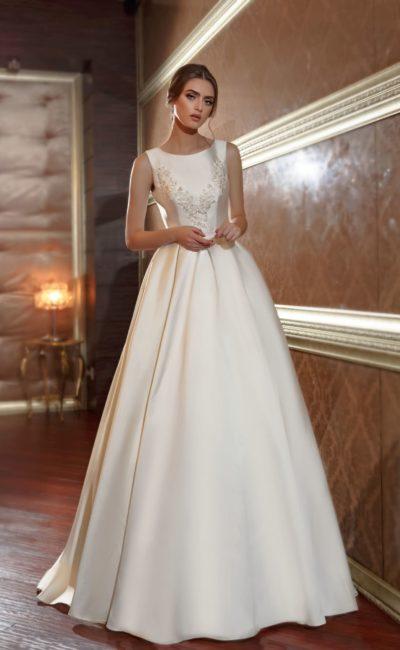 Роскошное атласное свадебное платье с закрытым лифом и вышивкой по корсету.