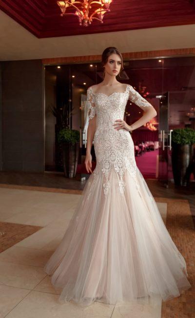 Кружевное свадебное платье «русалка» с бежевой подкладкой и длинным рукавом.