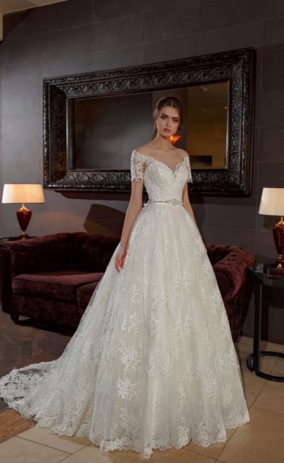 Пышное свадебное платье с элегантным декольте и романтичным кружевным декором.