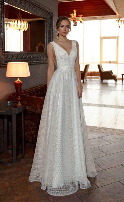 Фактурное свадебное платье прямого кроя с соблазнительным вырезом на лифе.