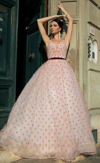 Свадебное платье в крупный горошек, дополненное ярким поясом.