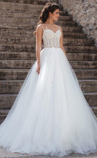Пышное свадебное платье с кружевным корсетом на тонких бретельках.