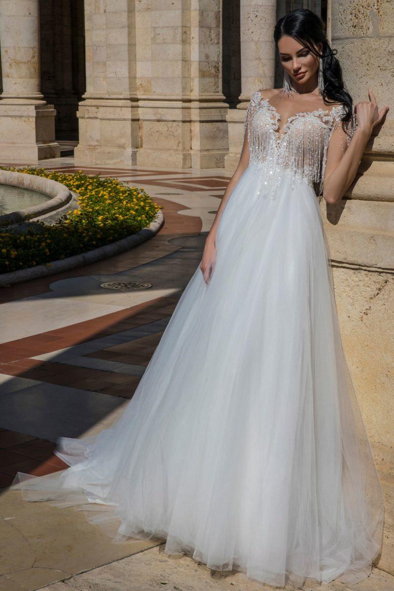Свадебное платье с чарующим пышным низом и отделкой из бахромы.