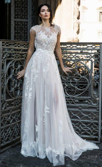 Прямое свадебное платье с закрытым верхом и полупрозрачной юбкой.