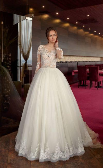 Очаровательное свадебное платье пышного кроя с нежным кружевным декором верха.