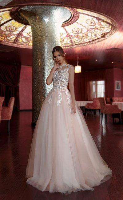Пудрово-розовое свадебное платье пышного силуэта с кружевным декором спинки.