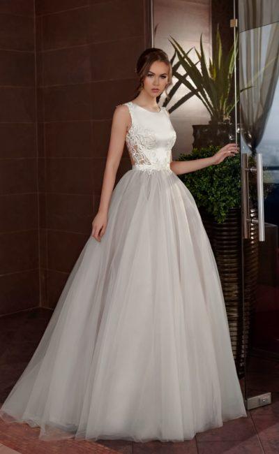 Пышное свадебное платье с атласным лифом и кружевной вставкой на спинке.