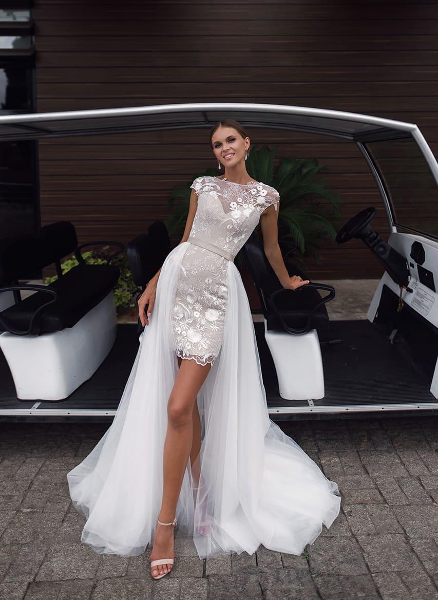 72c33906502ebcf Короткое свадебное платье бежевого цвета с длинным белым шлейфом.