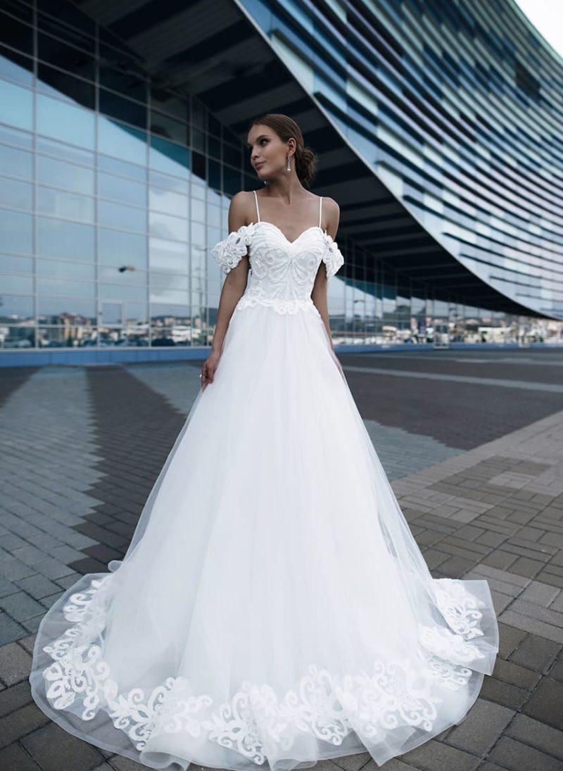 Торжественное свадебное платье с кружевными бретелями на предплечьях.