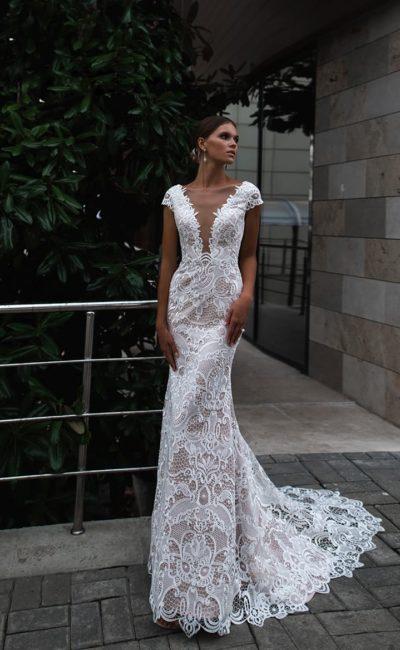Чувственное кружевное свадебное платье облегающего кроя со шлейфом.