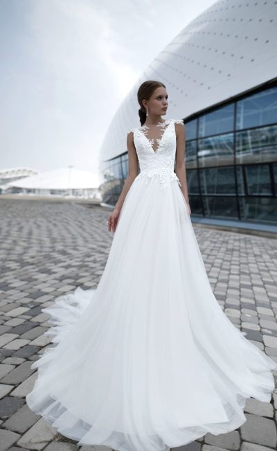 Элегантное свадебное платье с кружевной баской и прозрачной спинкой.