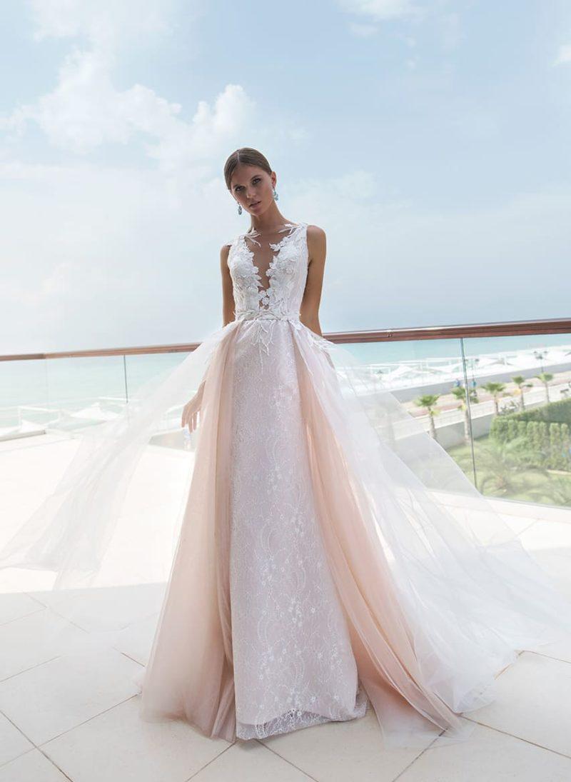 Облегающее свадебное платье с фигурным V-образным вырезом.
