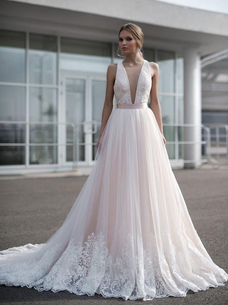 Розовое свадебное платье с атласным поясом и глубоким вырезом декольте.