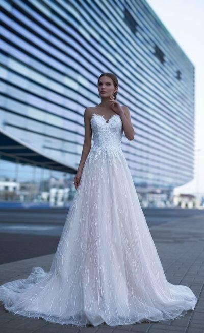 Открытое свадебное платье торжественного кроя, с кружевным декором лифа.